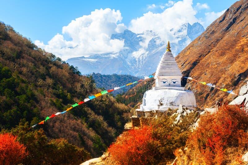 Buddhistisches stupa in Herbst Himalaja-Bergen stockfotografie