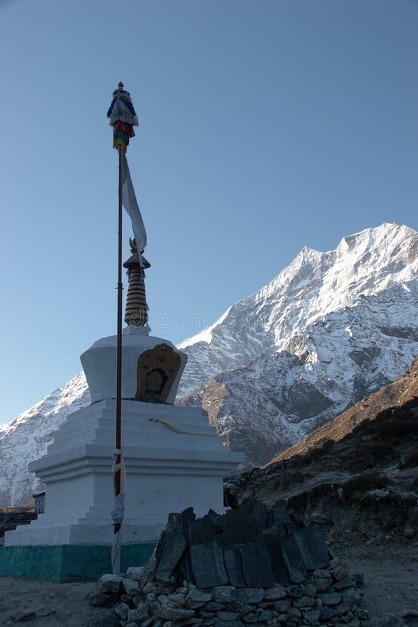 Buddhistisches stupa mit Gebetmarkierungsfahne in Himalaja, Nepal lizenzfreies stockfoto
