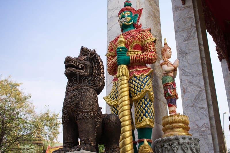 Buddhistsmreus en leo de beschermer van de tempel stock foto's