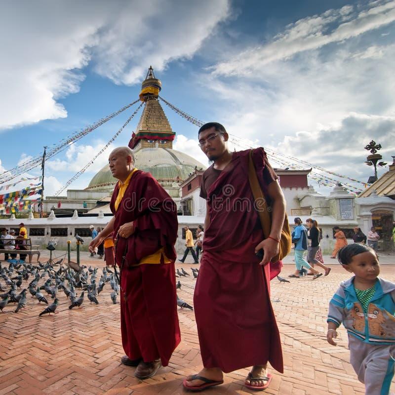 Buddhits munkar och vallfärdar på koraen runt om Boudhanath Stupa Nepal Kathmandu arkivbilder