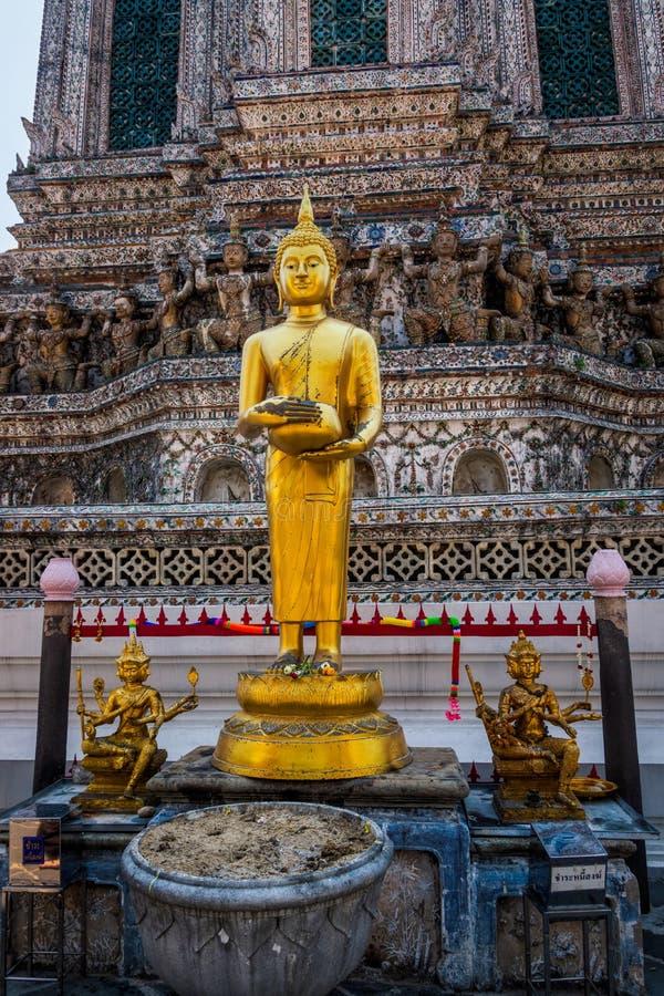 Buddismaltare med r?kelser och skulpturer i storslagen slott arkivbilder