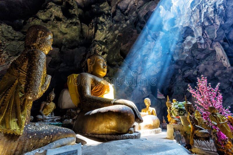 Buddismo stupefacente con il raggio di luce nella caverna immagini stock libere da diritti