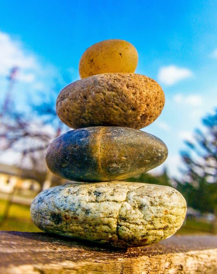 Buddismterapienergi vaggar stenen royaltyfria bilder