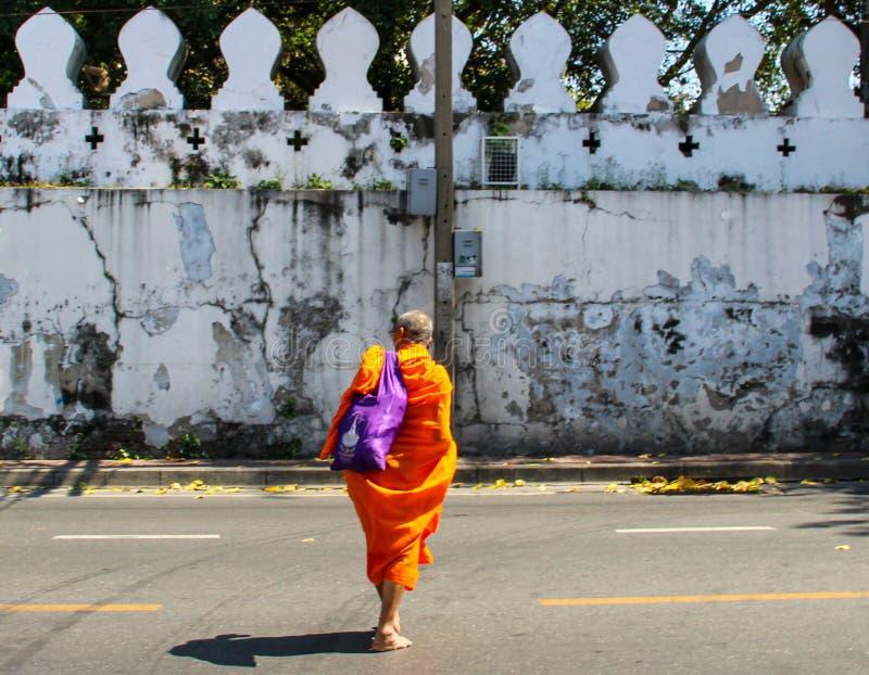 Buddist munk som går på gatan royaltyfri foto