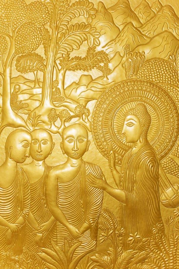 buddist som snider guld- trä för lankasritempel arkivbild