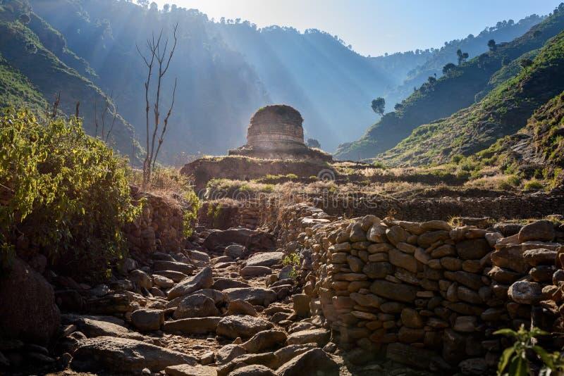 Buddist Stupa i flugsmällan, Pakistan royaltyfria bilder