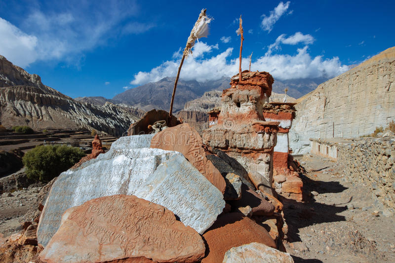 Buddist Stupa och Mani Stones royaltyfria foton