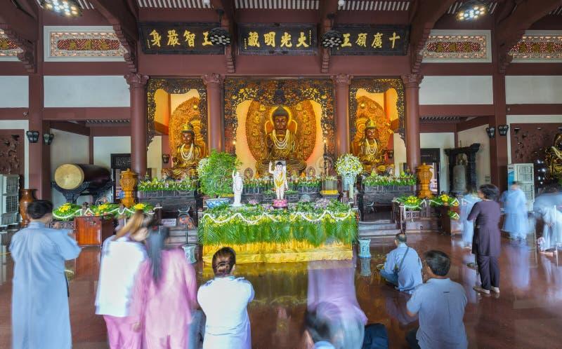 Buddist vördad ceremoni i härlig arkitektur för tempel arkivfoto
