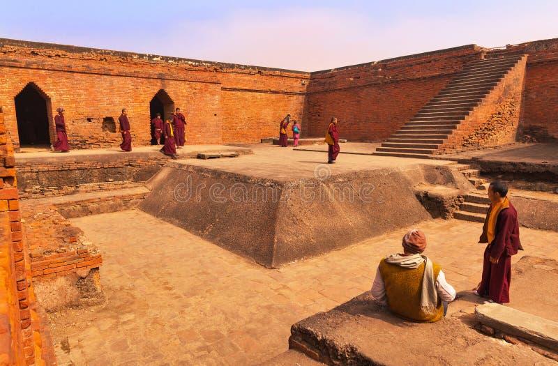 Buddisten vallfärdar i det forntida buddistiska universitetet Nalanda arkivfoto