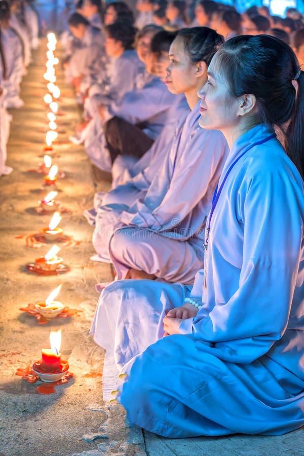 Buddisti femminili facciali di bellezza radiante dentro ogni candela immagini stock libere da diritti