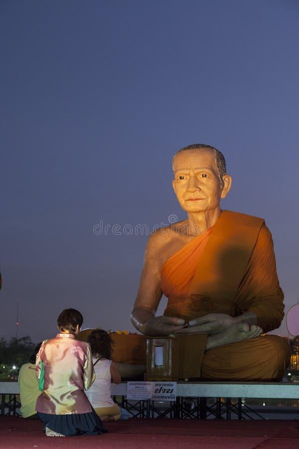 Buddistisk bön i Bangkok arkivbilder