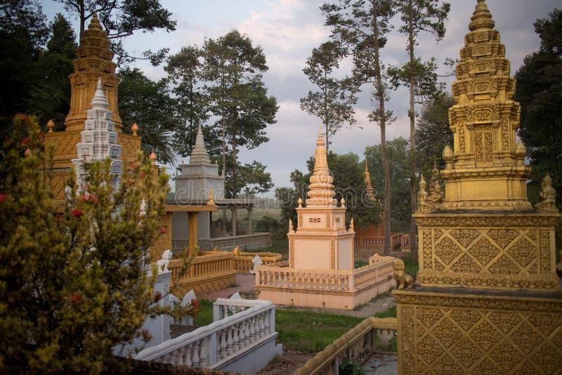 Buddistisk bygd Wat och pagod på skymning arkivbilder