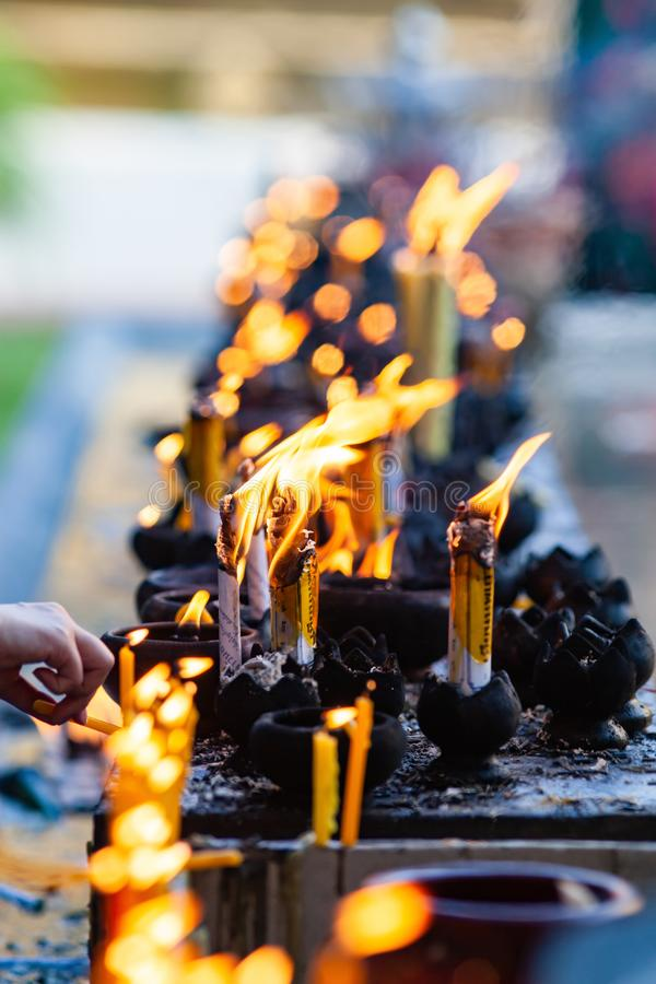 buddistisk ceremoni - brinnande stearinljus arkivfoton