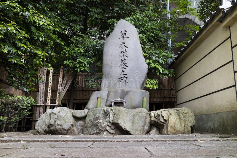 Buddistisk gravsten för ron av döda träd och växter arkivfoton