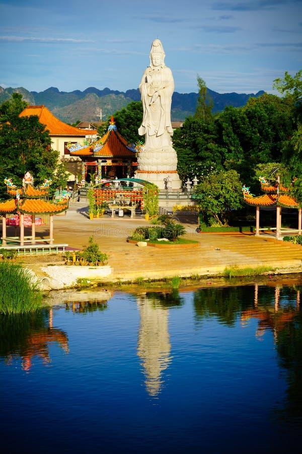 Buddistisk gudinna av förskoning Staty i kinesisk tempel nära flod K arkivbilder