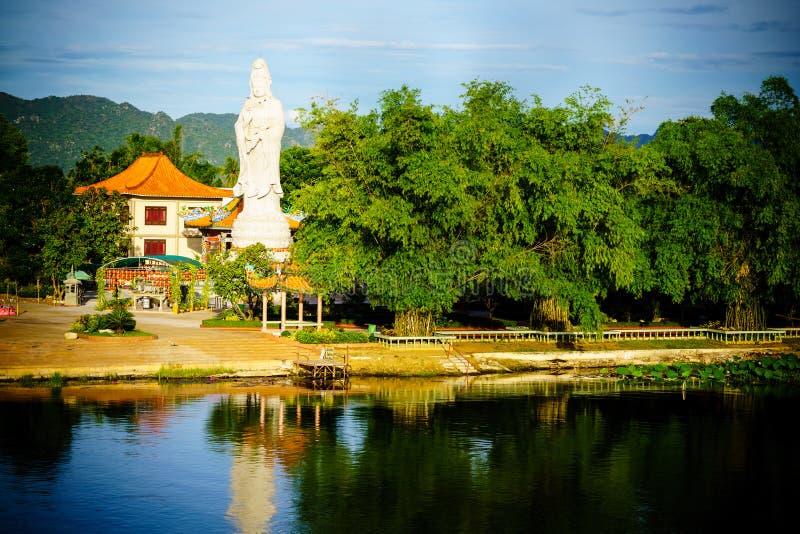 Buddistisk gudinna av förskoning Staty i kinesisk tempel nära flod K arkivfoton
