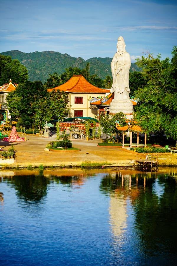 Buddistisk gudinna av förskoning Staty i kinesisk tempel nära flod K royaltyfri foto