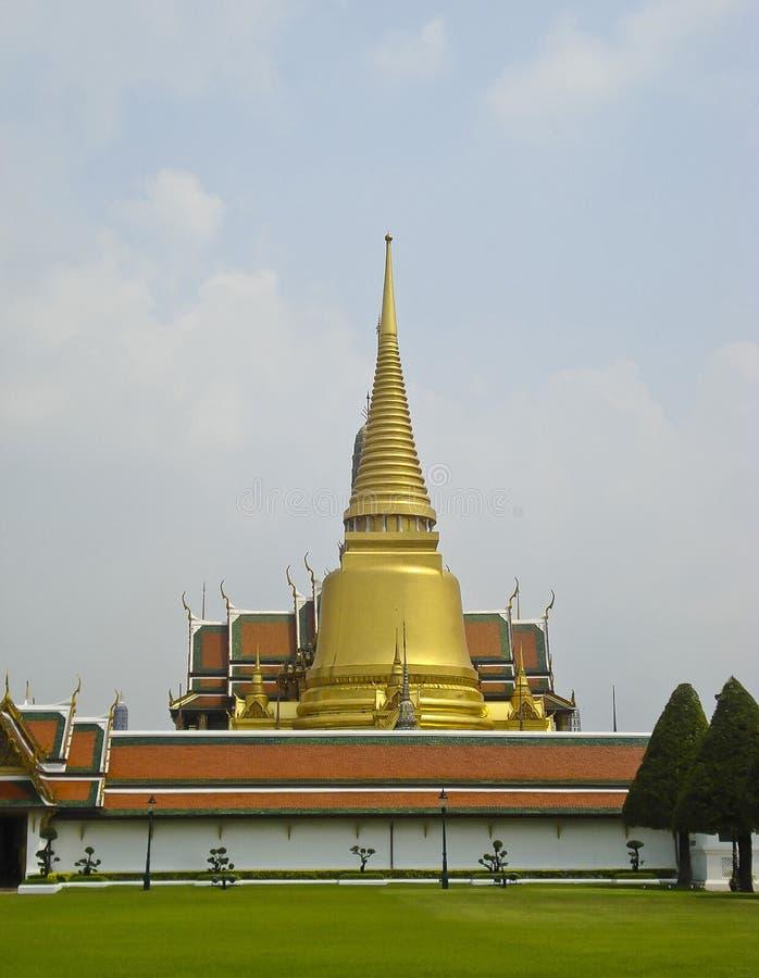 Buddistisk guld- stupa på Royal Palace i Bangkok arkivfoto