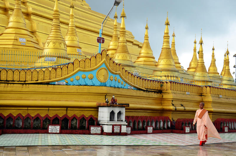 Buddistisk kvinnaasket eller nunna som går på den Shwemawdaw Paya pagoden i Bago, Myanmar royaltyfri foto