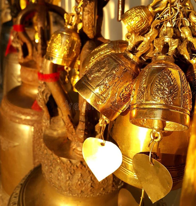 Buddistisk mässingsklocka i thai tempel royaltyfria foton
