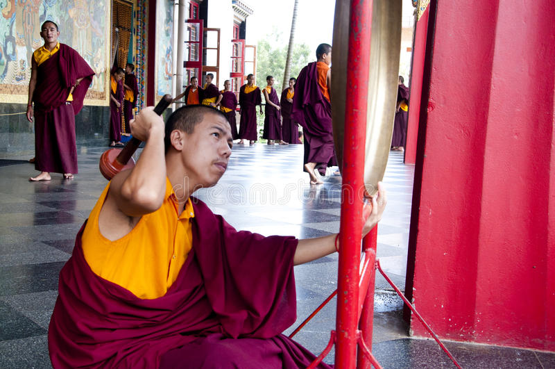 Buddistisk Monk som leker gongen royaltyfria bilder