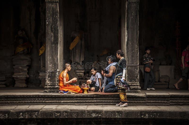 Buddistisk munk i den Angkor Wat templet arkivfoto