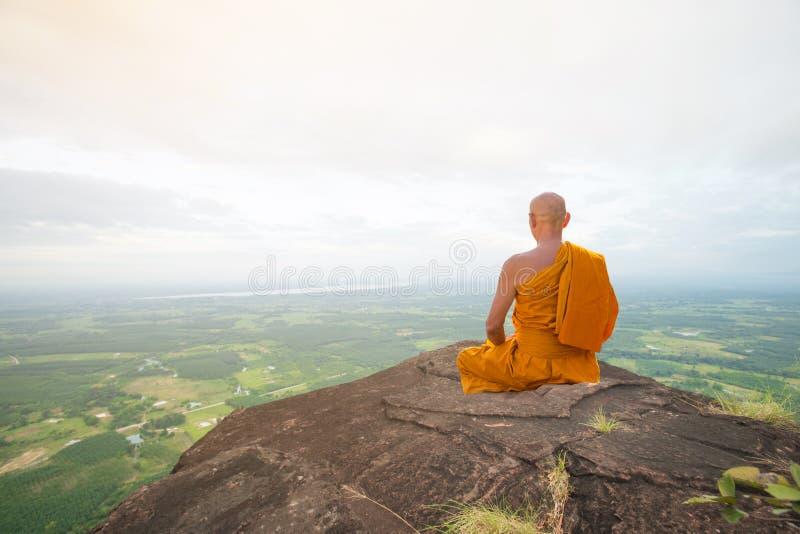Buddistisk munk i meditation på den härliga naturen royaltyfri foto