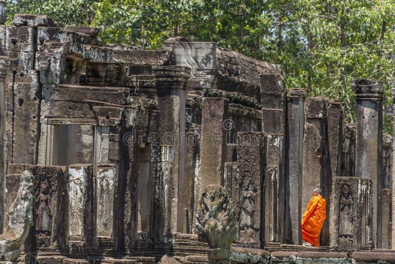 Buddistisk munk i tempel arkivfoto