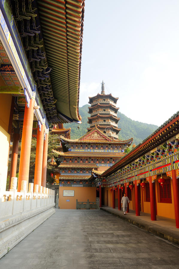 Buddistisk munk på Chan Yuan Temple China royaltyfri foto