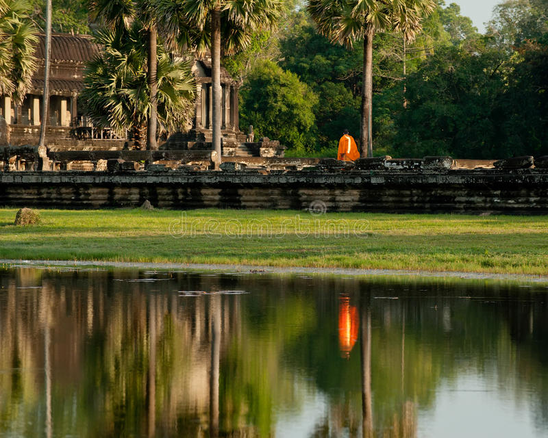 Buddistisk munk på den Angkor Thom templet cambodia royaltyfri foto