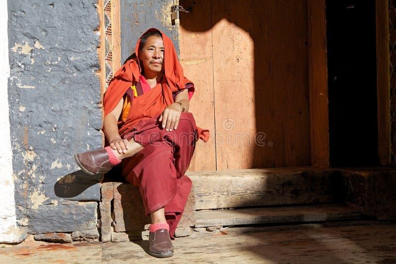 Buddistisk munk på Jakaren Dzong, Jakar, Bhutan royaltyfri fotografi