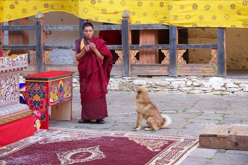 Buddistisk munk på Jakaren Dzong, Jakar, Bhutan arkivbilder