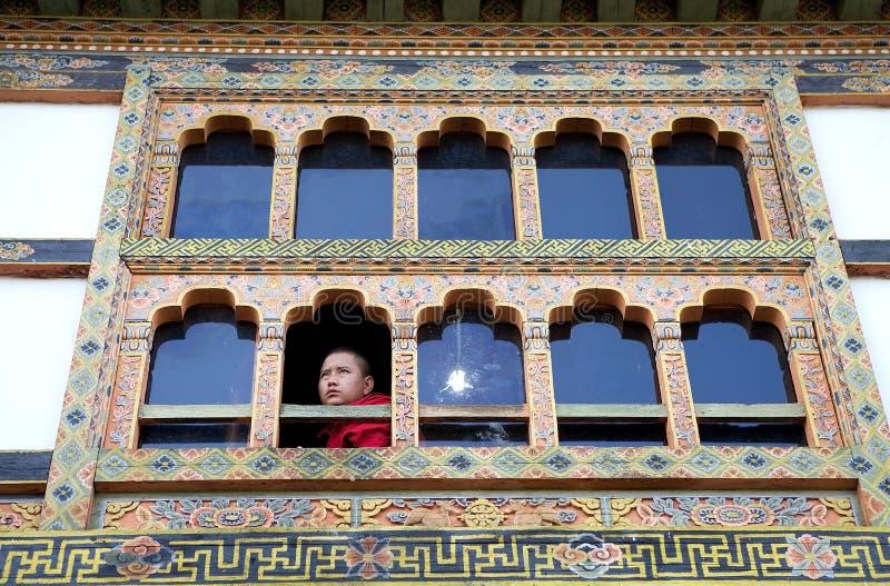 Buddistisk munk på Kurjeyen Lhakhang, Bhutan arkivfoto