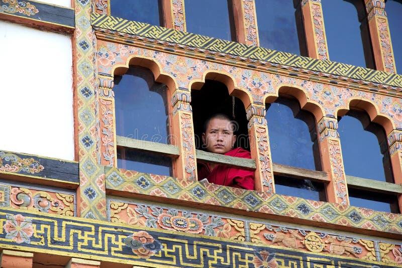 Buddistisk munk på Kurjeyen Lhakhang, Bhutan royaltyfri bild