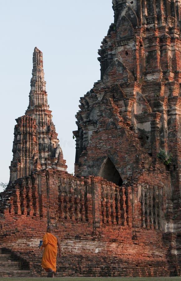 Buddistisk munk på Wat Chai Wattanaram, Ayutthaya, Thailand arkivbild