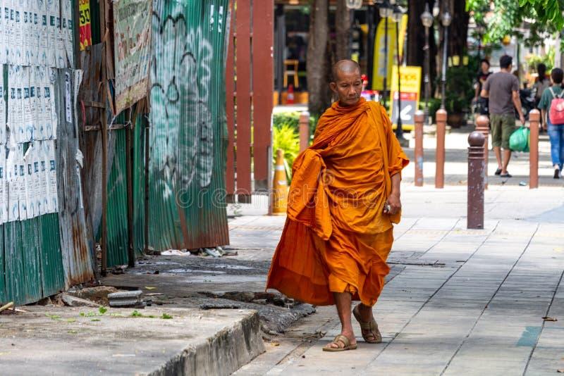 Buddistisk munk som går i Bangkok royaltyfri fotografi