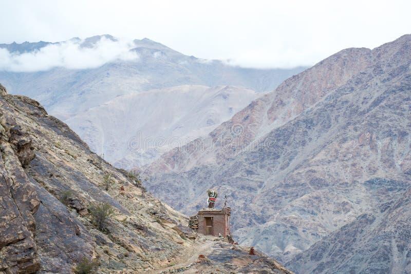 Buddistisk paviljong på bergstoppet med berg royaltyfri foto