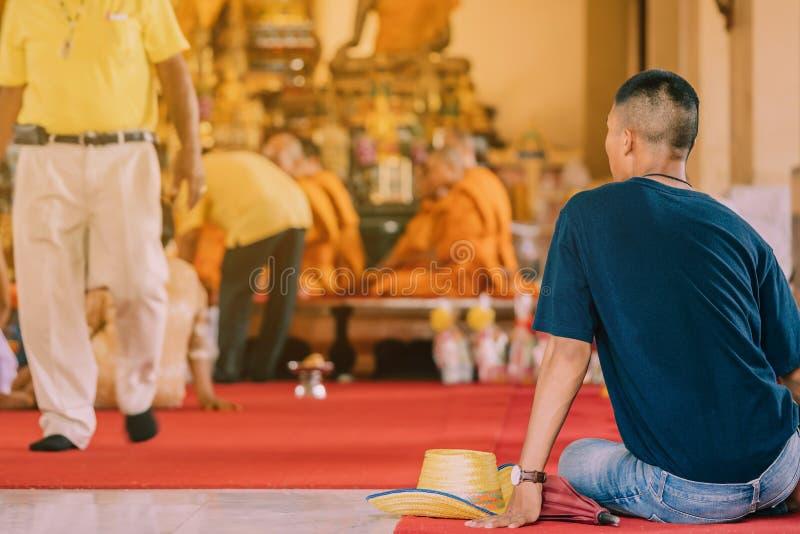 Buddistisk prästvigningceremoni i kyrkan av den buddistiska templet i Thailand royaltyfri foto