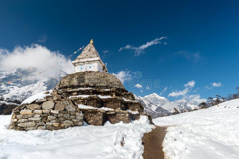 Buddistisk stupa i berg royaltyfria foton