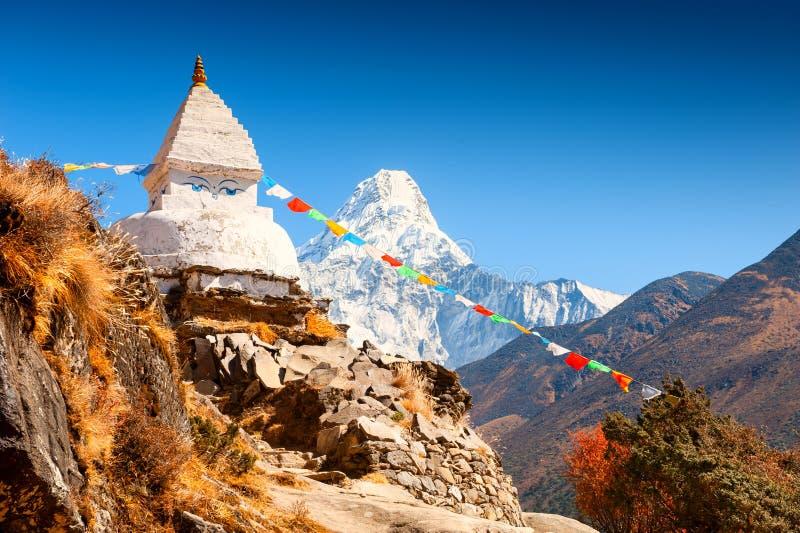 Buddistisk stupa och sikt av monteringen Ama Dablam i Himalayas, Nepal arkivfoto