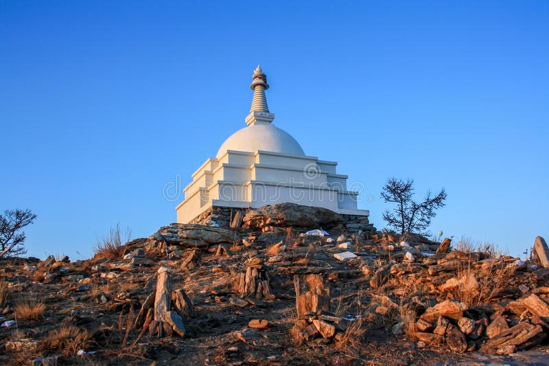 Buddistisk stupa på ön av Ogoy på Baikal royaltyfri foto