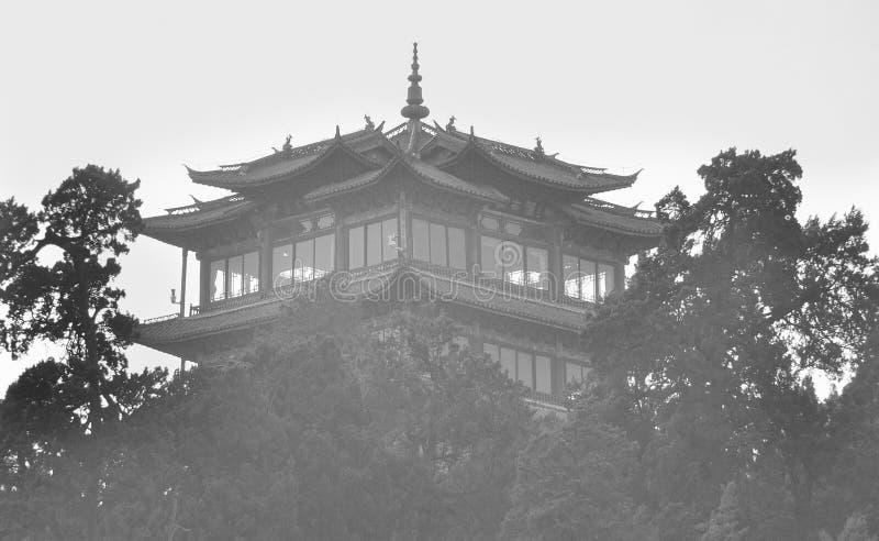 Buddistisk tempel i kinesiska berg royaltyfri fotografi