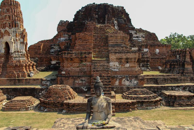Buddistisk tempel med forntida stupa i Ayutthaya, Thailand arkivbild