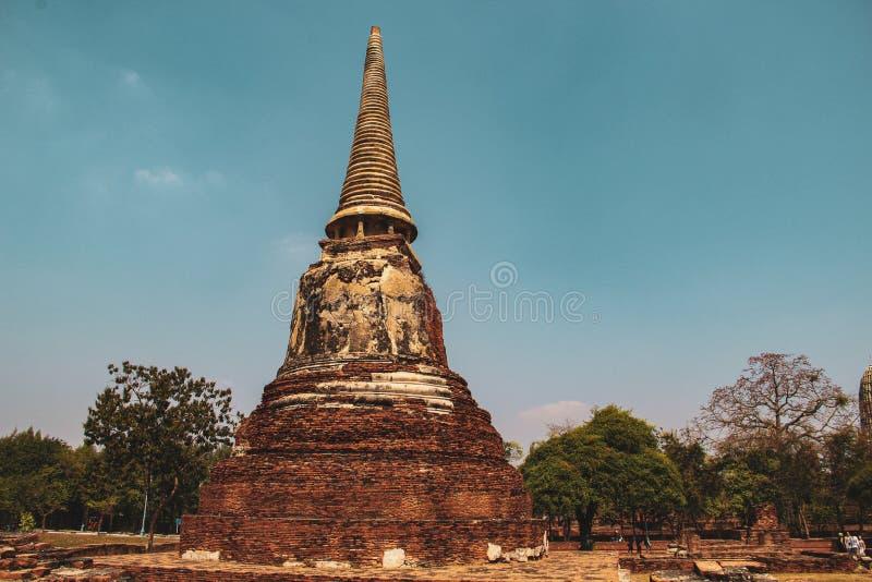 Buddistisk tempel med forntida stupa i Bangkok, Thailand fotografering för bildbyråer