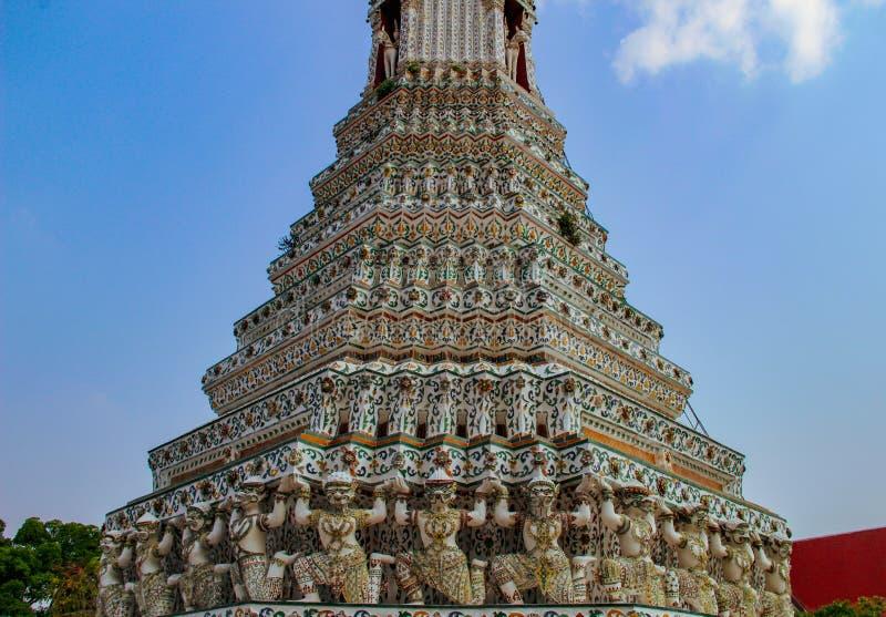 Buddistisk tempel med forntida stupa i Bangkok, Thailand arkivbild