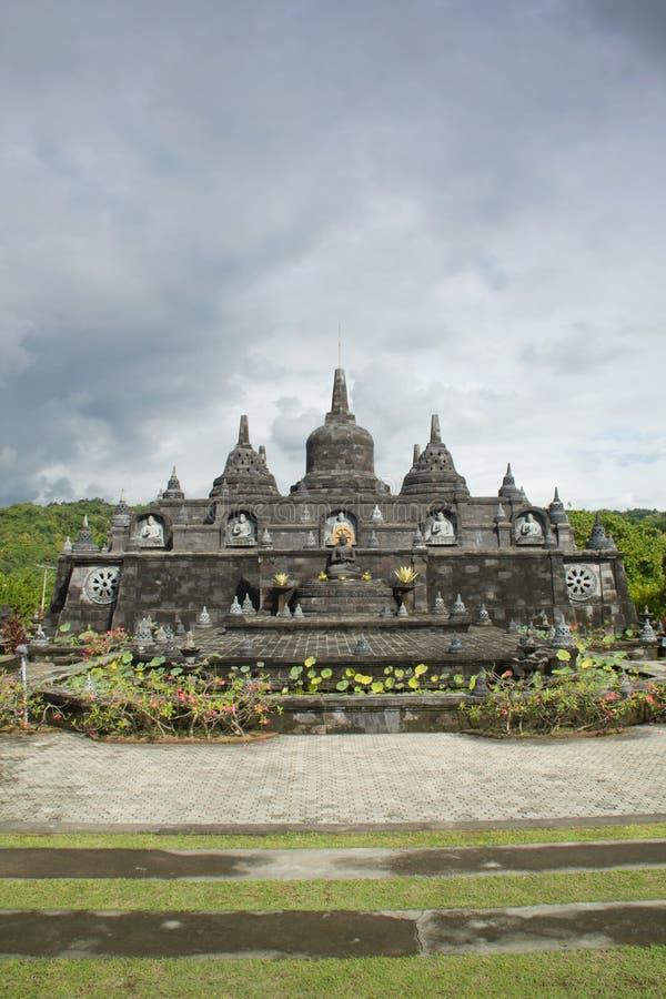Buddistisk tempel med stupas i Bali, Indonesien royaltyfria bilder