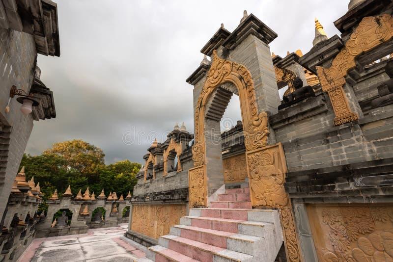 Buddistisk tempel: Sandstenpagod i PA Kung Temple på Roi Et av Thailand royaltyfri fotografi