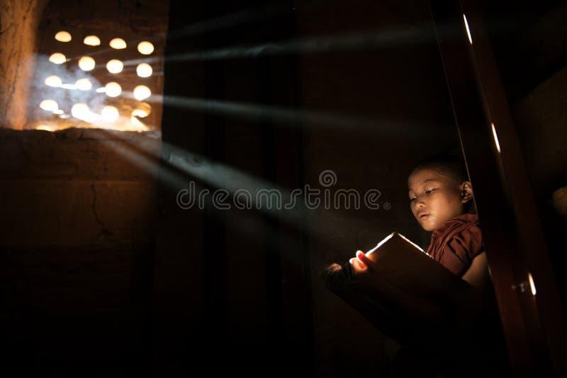 Buddistisk undervisning, Myanmar. royaltyfria foton