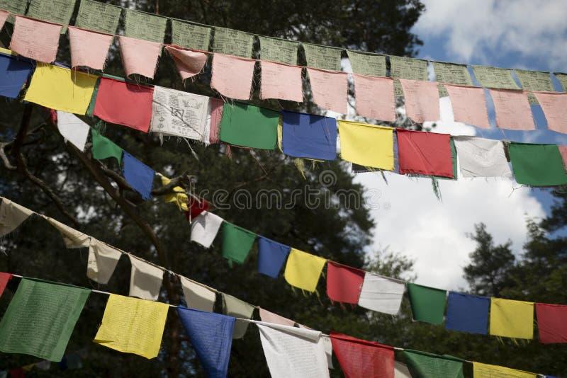 Buddistiska bönflaggor med mantra arkivbild