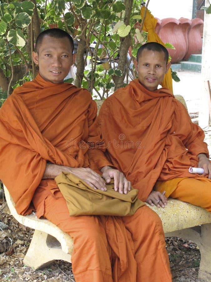 buddistiska cambodia monks arkivbilder